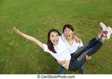 heureux, couples asiatiques, herbe