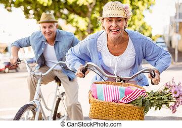 heureux, couples mûrs, aller, pour, a, tour vélo, dans ville