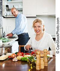 heureux, couples mûrs, cuisine, spaniard, tomates