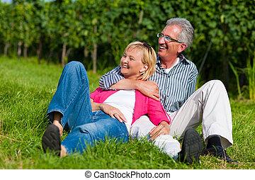 heureux, couples mûrs, dehors