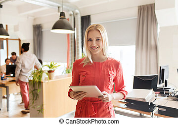 heureux, créatif, femme, employé bureau, à, pc tablette