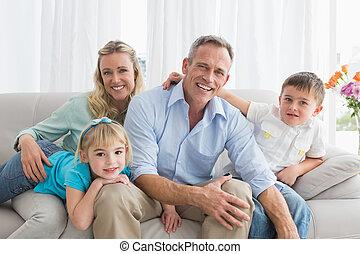 heureux, délassant, famille, divan