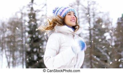 heureux, dehors, forêt, femme, hiver, sourire