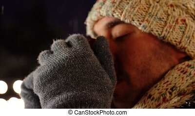 heureux, dehors, jeune homme, hiver, thé buvant