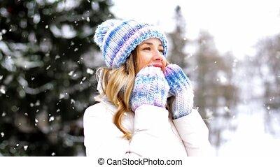 heureux, dehors, portrait, femme, hiver, sourire