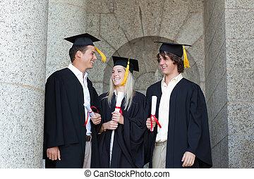 heureux, diplômés, parler, ensemble