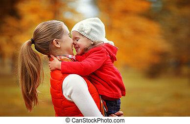 heureux, enfant, baisers, petite mère, family., automne, jeu, fille