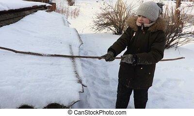 heureux, enfant joue, hiver, neige