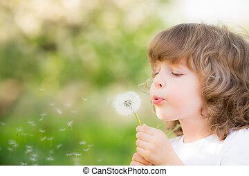 heureux, enfant, souffler, pissenlit