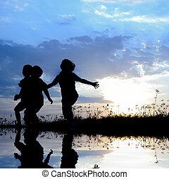 heureux, enfants, ensemble, éclaboussement eau