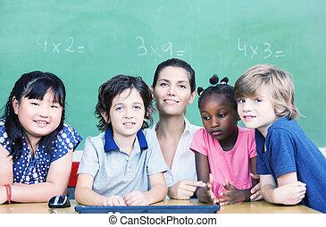 heureux, enseignante, à, elle, multirace, classe, à, bureau scolaire