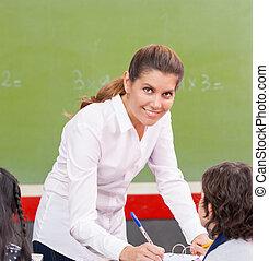 heureux, enseignante, vérification, étudiants, devoirs, à, école