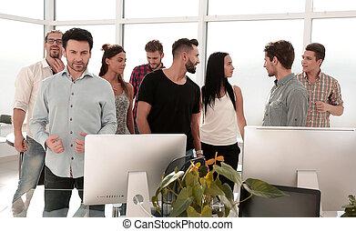 heureux, equipe affaires, debout, dans, moderne, bureau
