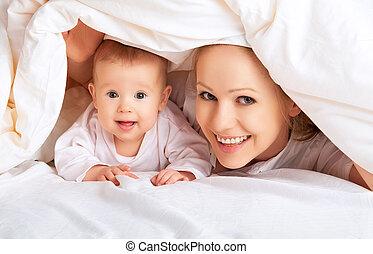 heureux, family., mère bébé, jouer, sous, couverture