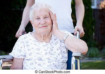 heureux, fauteuil roulant, dame, personne agee
