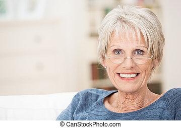 heureux, femme aînée, à, a, beau, sourire