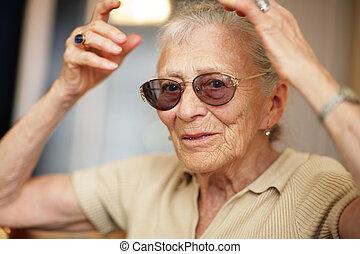 heureux, femme aînée, chez soi