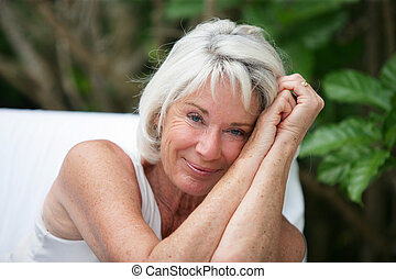 heureux, femme aînée, dehors