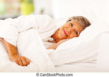 heureux, femme aînée, lit, dormir
