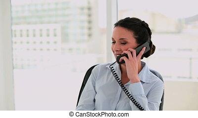 heureux, femme affaires, conversation