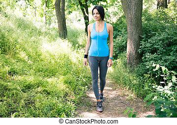 heureux, femme sports, wlaking, dehors