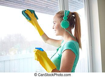 heureux, fenêtre, femme, nettoyage, écouteurs