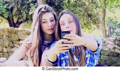 heureux, filles, prendre, selfie