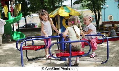 heureux, filles, trois, cour de récréation