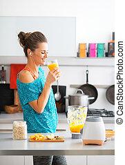 heureux, fitness, jeune femme, boire, citrouille, smoothie, dans, cuisine