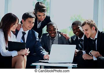 heureux, fonctionnement, equipe affaires, dans, moderne, bureau.