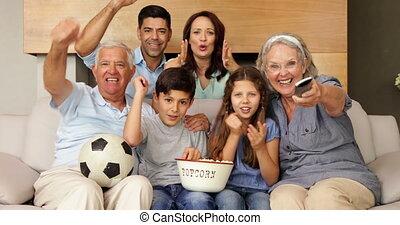heureux, football, famille, prolongé, regarder