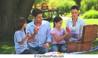 heureux, fruit, manger, famille, dehors