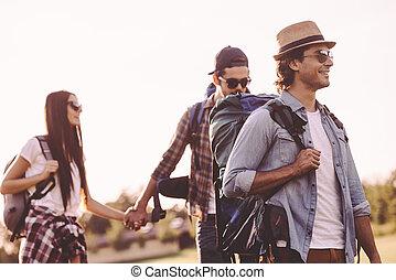 heureux, gens, friends., marche, sacs dos, regarder, ensemble, été, randonnée, jeune