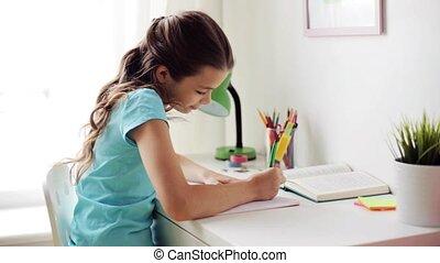 heureux, girl, à, livre, écriture, à, cahier, chez soi