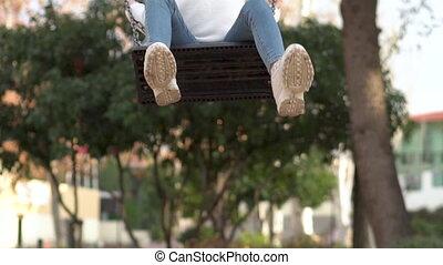 heureux, girl, sunset., amusant, parc, balançoire
