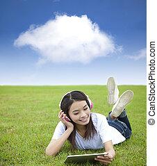 heureux, girl, utilisation, bloc effleurement, informatique, à, casque, sur, les, pré