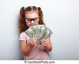 heureux, gosse, girl, dans, lunettes, regarder, argent, et, dénombrement, les, profit