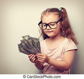 heureux, gosse, girl, dans, lunettes, regarder, et, dénombrement, les, argent., vendange, portrait