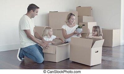 heureux, gosses, couple, choses, famille, déballage