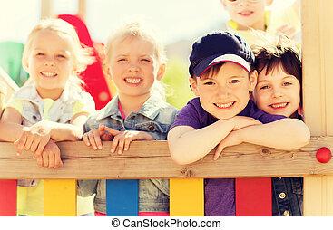 heureux, gosses, groupe, cour de récréation, enfants