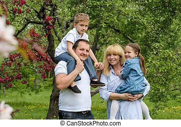 heureux, gosses, jardin, famille, deux