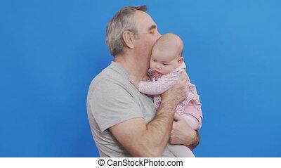 heureux, grandpa., light., ou, gosse, embrasser, homme, vieux, rire, doux, désinvolte, ridé, jeux, conjugal, rigolote, jour, sourire, grand-père, parent, caucasien, bébé, cheveux gris, comfort., peau