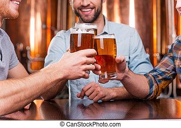 heureux, gros plan, vieux, séance, hommes, trois, ensemble, jeune, bière, quoique, pub, meeting., grillage, amis, vêtementssport