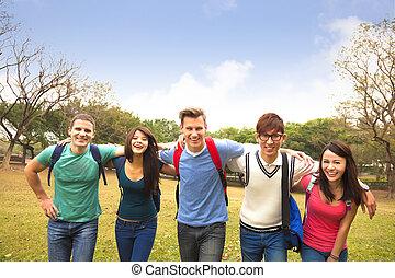 heureux, groupe, de, étudiants, marcher ensemble