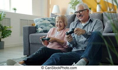 heureux, haut-cinq, femme aînée, jeu, homme, jouer, famille, rire, alors, vidéo