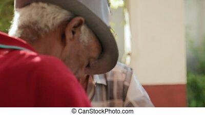 heureux, homme aîné, sourire, et, jouer, domino, à, amis