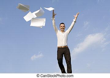 heureux, homme affaires, lancer papiers
