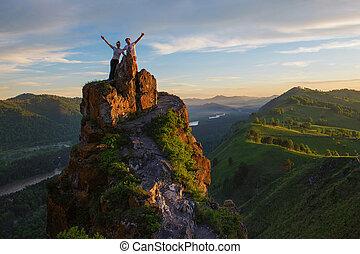 heureux, homme femme, dessus, montagne