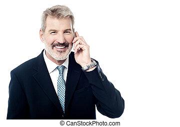 heureux, homme mûr, conversation téléphone cellule