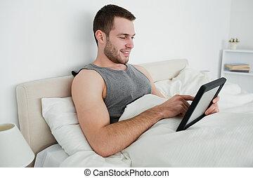 heureux, homme, utilisation, a, tablette, informatique